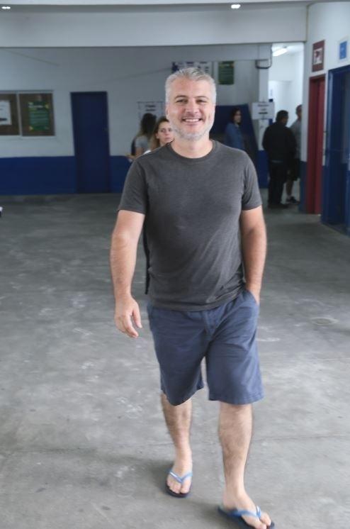 """Fred Mayrink, diretor da novela das seis """"Orgulho e Paixão"""", vota em colégio no Rio de Janeiro"""