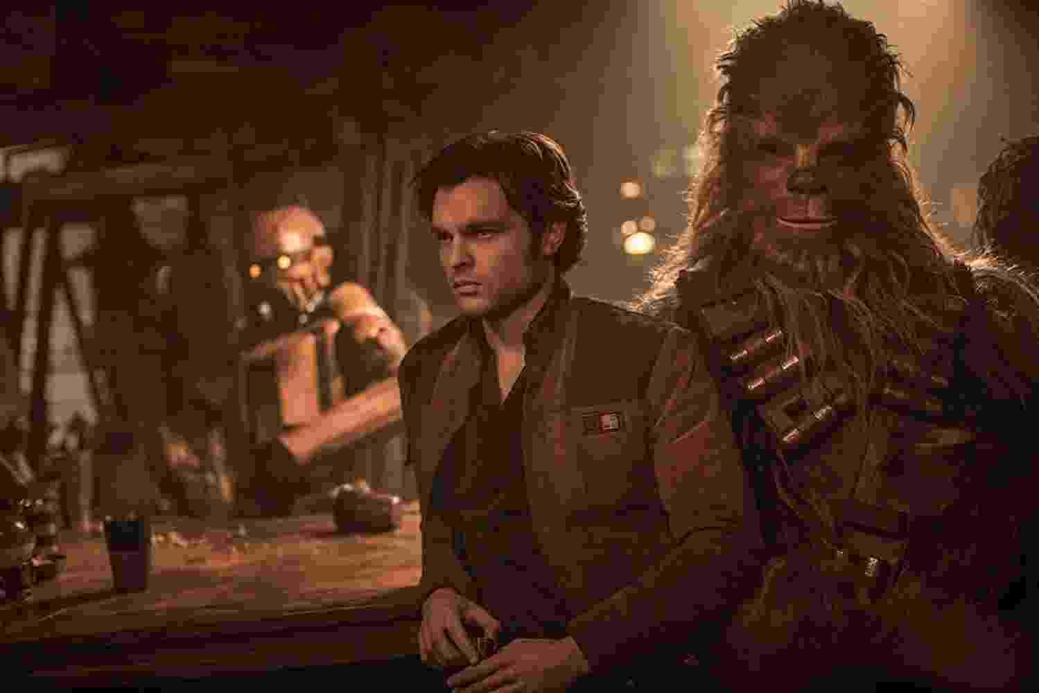 """Alden Ehrenreich e Joonas Suotamo em """"Han Solo: Uma História Star Wars"""" (2018) - Divulgação"""