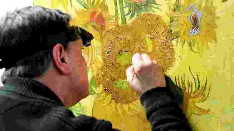 Restaurador trabalha na obra de Van Gogh, no museu do artista em Amsterdã  - Piroschka van de Wouw/Reuters - Piroschka van de Wouw/Reuters