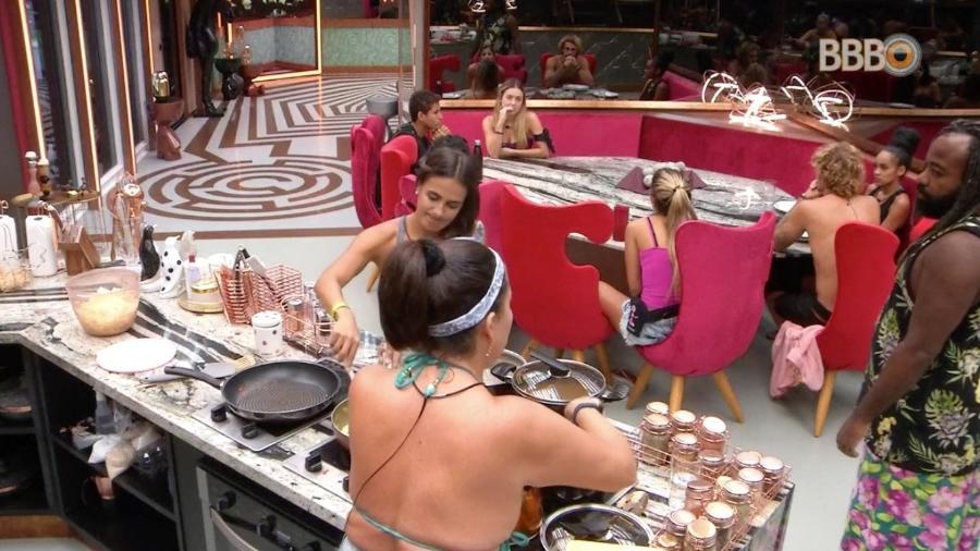 Brothers escutam voz da produção enquanto preparam almoço - Reprodução/GloboPlay
