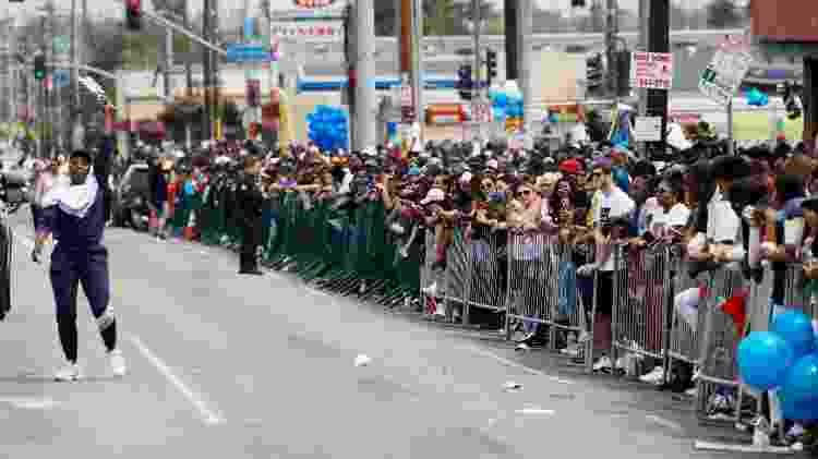 Fãs se aglomeram nas ruas próximas ao Staples Center, em Los Angeles, onde aconteceu o funeral do rapper Nipsey Hussle - Patrick T. Fallon/Reuters