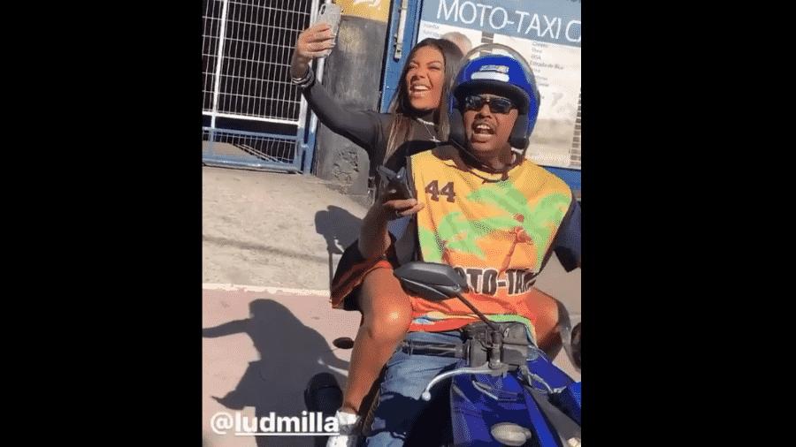 Ludmilla no mototáxi - Reprodução/Instagram