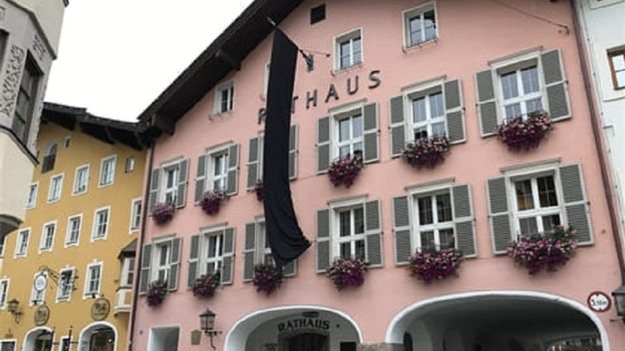 A prefeitura de Kitzbühel amanheceu com uma bandeira preta - Reprodução/Facebook
