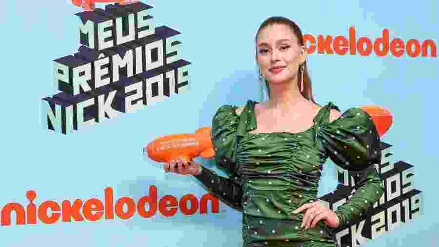 Marina Ruy Barbosa segura seu troféu de Melhor Artista de TV no Meus Prêmio Nick - Manuela Scarpa/Brazil News