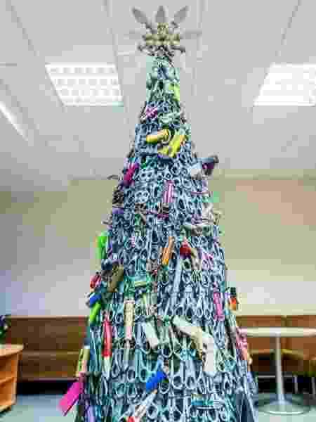 Árvore com itens confiscados de passageiros em aeroporto da Lituânia - Reprodução