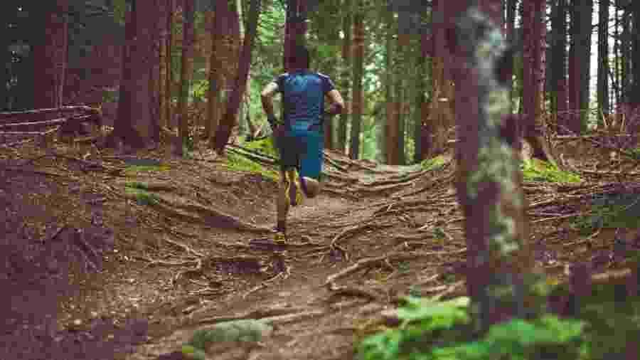 Corre em trilhas queima mais calorias do que no asfalto - iStock