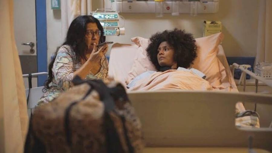 Lurdes (Regina Casé) e Camila (Jessica Ellen) em cena emocionante de Amor de Mãe - Reprodução