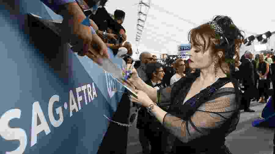 A atriz Helena Bonham Carter distribui autógrafos em sua chegada ao SAG Awards - Danny Moloshok/Reuters