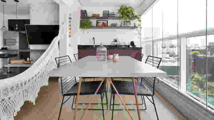 Optar por vidro é garantia de ter luz natural por todo o espaço, como no apartamento projetado pelo arquiteto Antonio Armando de Araújo - Julia Ribeiro - Julia Ribeiro