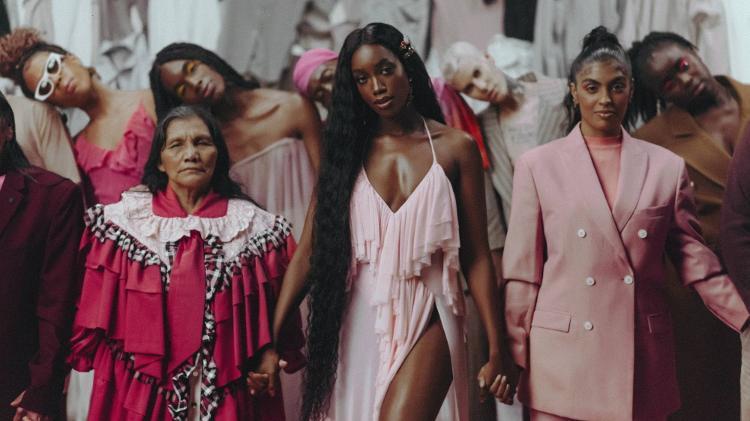 Iza e Ermelinda Yêpario (à esquerda), personagem da carta enviada pela cantora ao UOL, no clipe de 'Let Me Be The One' - Rodolfo Magalhães/Divulgação