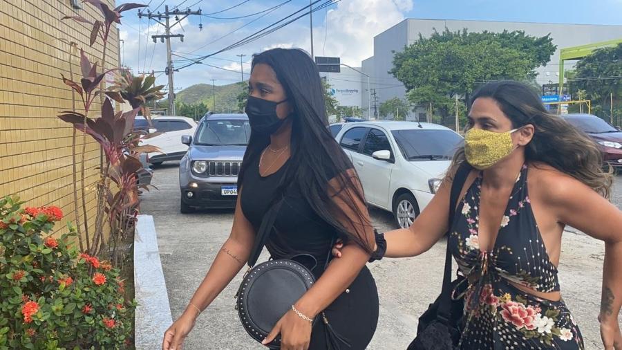 Riane Oliveira, irmã de Anderson Leonardo, chegando hoje para depor - Tati Campbell/UOL
