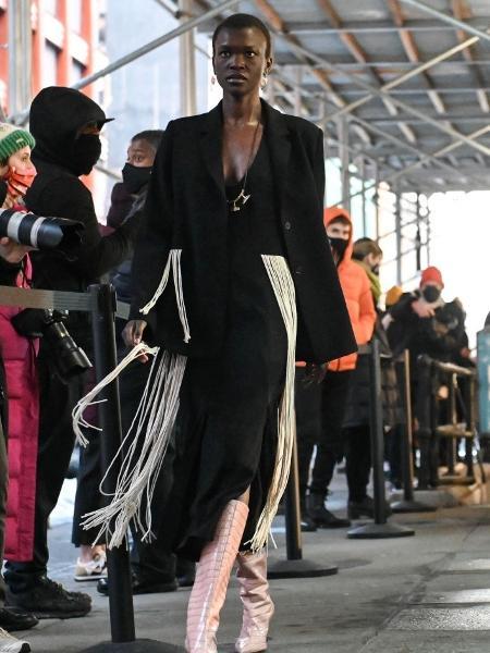 Modelo usando Jason Wu no desfile do artista durante a Semana de Moda - Daniel Zuchnik/Getty Images