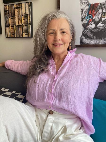 Constanza, de 61 anos, só deixou o cabelo crescer depois que assumiu os grisalhos - Acervo pessoal
