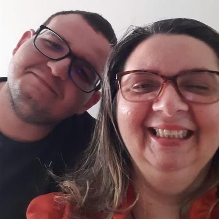 Maria Lopes de Sousa, 40, de Itaporanga (PB), com o filho Emanuel, 19; ele foi doador de células-tronco para que ela pudesse realizar um transplante de córnea - Arquivo pessoal