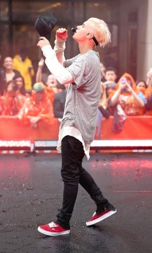 O cantor Justin Bieber se apresenta em frente ao Rockfeller Center, em NY (EUA) e comemora a marca de nº 1 da Billboard com a música