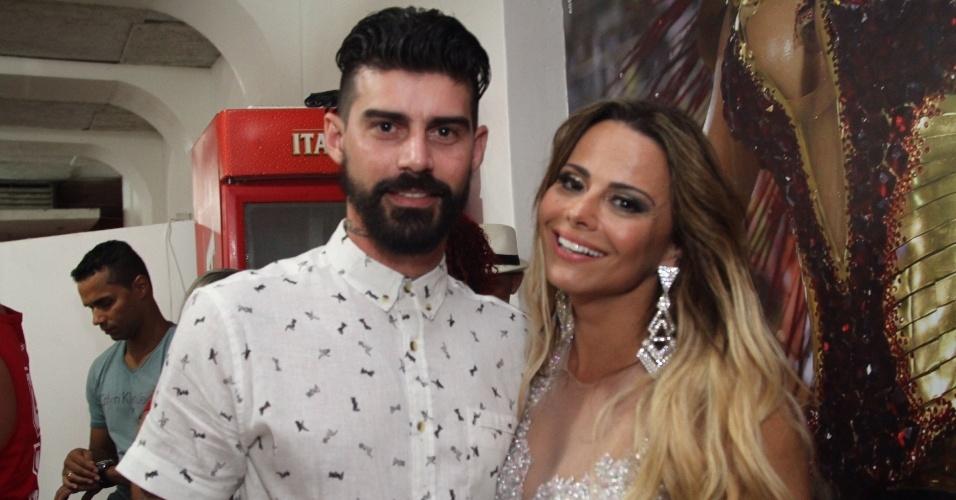 24.jan.2016 - Viviane Araújo vai acompanhada do namorado Radamés ao ensaio do Salgueiro