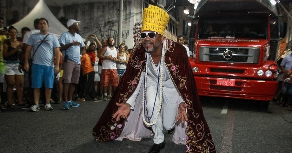 3.fev.2015 - Carlinhos Brown canta na abertura oficial do Carnaval no Centro Histórico de Salvador