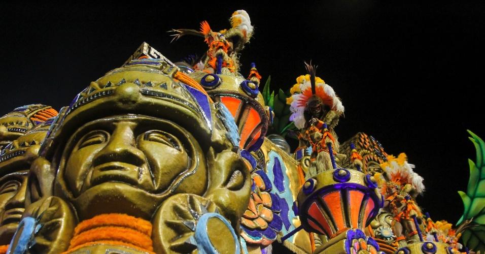 7.fev.2016 - Detalhe de uma das alegorias gigantes que passaram pelo Anhembi no desfile do Império de Casa Verde