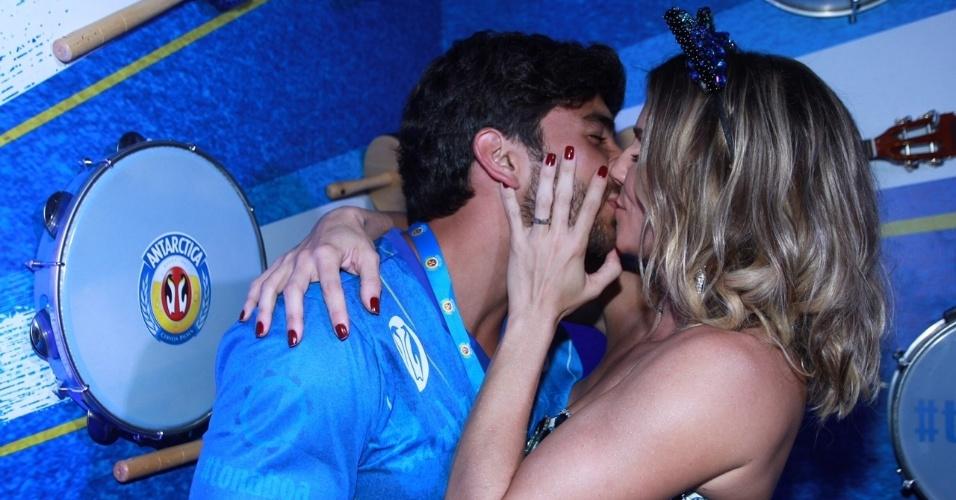"""7.fev.2016 - Deborah Secco beija o marido, Hugo Moura, no camarote. """"Meu marido é o melhor pai que já vi"""", disse a atriz, que se casou em segredo em 2015"""