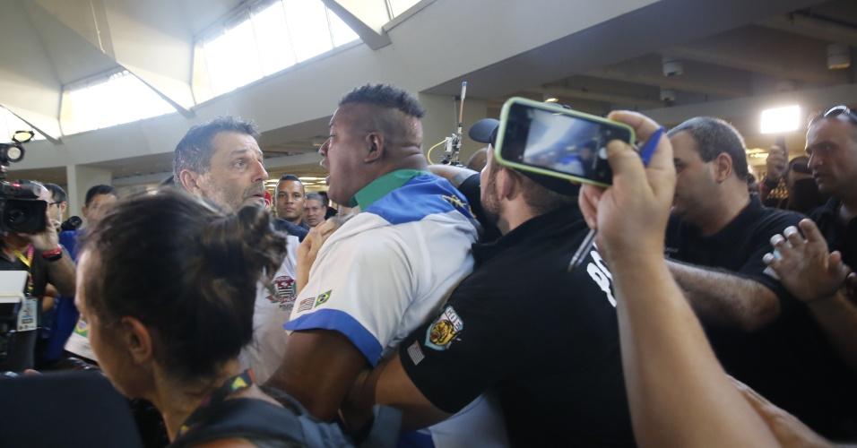 9.fev.2016 - Uma grande confusão, com empurra-empurra e agressões físicas, envolve representantes de várias escolas de samba durante a apuração das notas dos desfiles das escolas de samba de São Paulo