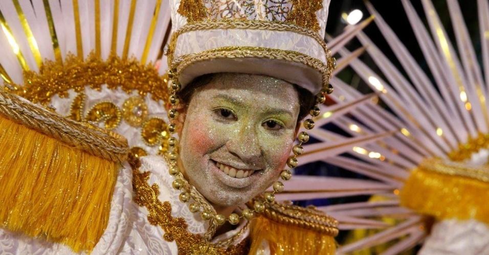 9.fev.2016 - Integrante da São Clemente termina maquiagem na concentração da escola de samba