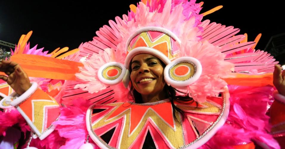 9.fev.2016 - Ala voz do Brasil representava indígenas e veio logo atrás do carro que trazia Beth Carvalho no desfile da Mangueira