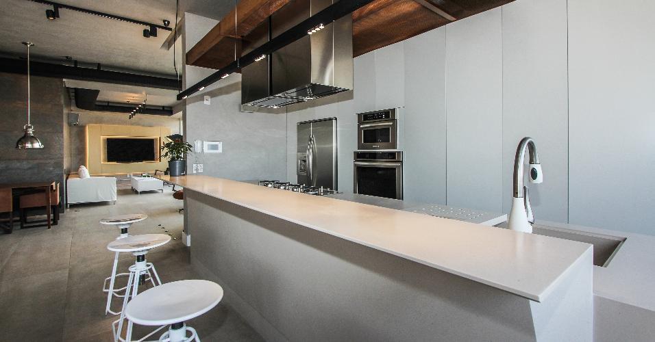 Na cozinha, as bancadas de refeição e trabalho são de Corian (superfície de quartzo). Todos os armários do ambiente levam revestimento em laminado melamínico branco, da Formaplas. O apê 360°, com interiores projetados pelo SP Estudio e Bruno Moraes Arquitetura, fica em São Paulo (SP)