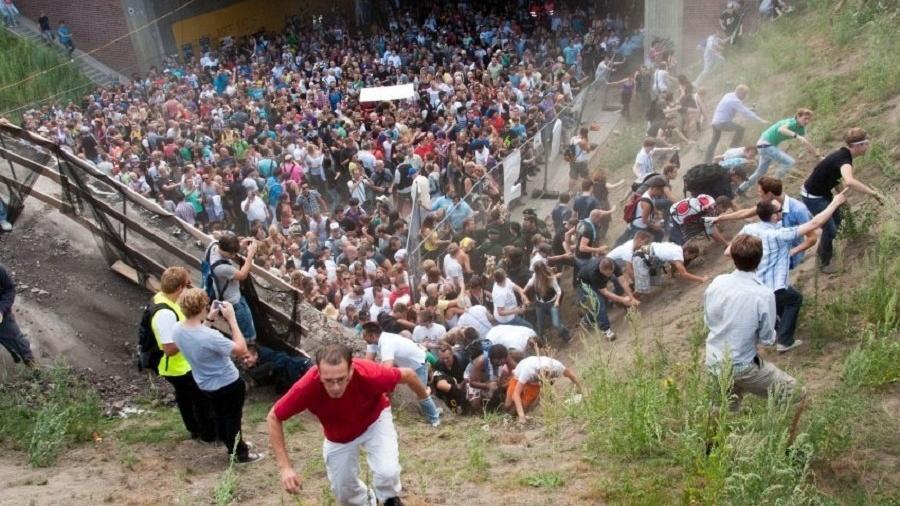 Confusão marcou a festa de música eletrônica Love Parade, em Duisburg, em 2010    - Erik Wiffers/AFP Photo