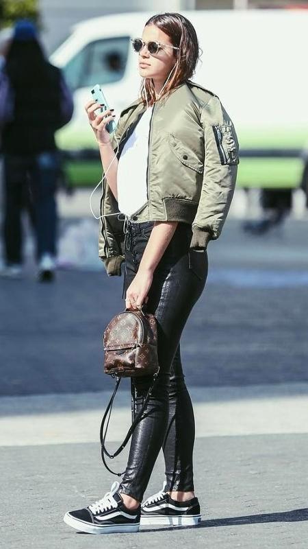 Bruna Marquezine passeia por NY usando uma minimochila da marca Louis Vuitton - Reprodução/Instagram