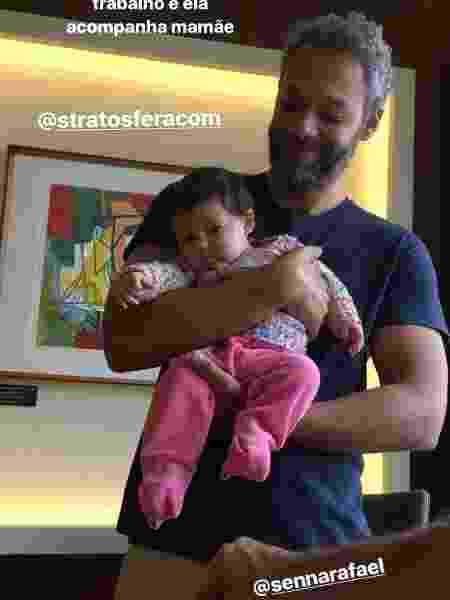 Madalena, filha de Yanna Lavigne e Bruno Gissoni, no colo de um amigo da atriz - Reprodução/Instagram - Reprodução/Instagram
