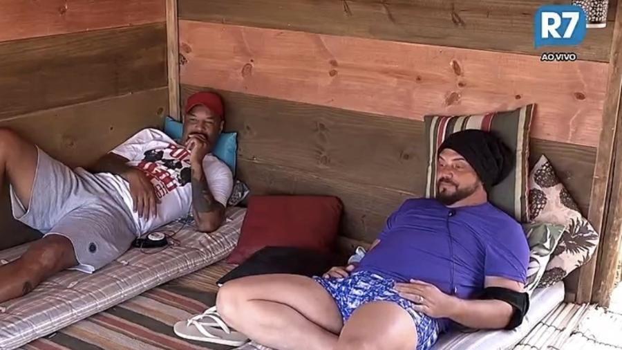 Dinei e Conrado conversam na casa da árvore   - Reprodução/Record