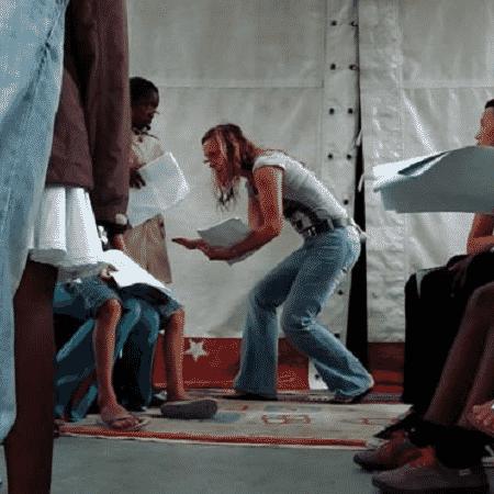 Neusa Thomasini deixou os palcos tradicionais para se dedicar a performances em periferias pobres, habitadas por imigrantes - Arquivo Pessoal via BBC - Arquivo Pessoal via BBC