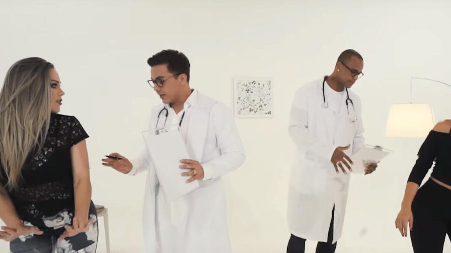 """Wesley Safadão e Léo Santana em clipe da música """"Psiquiatra do Bumbum"""" - Reprodução"""