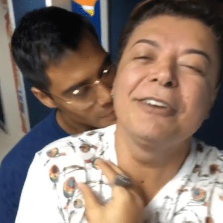 David Brazil ganha beijo do cantor Micael - Reprodução/Instagram/davidbrazil