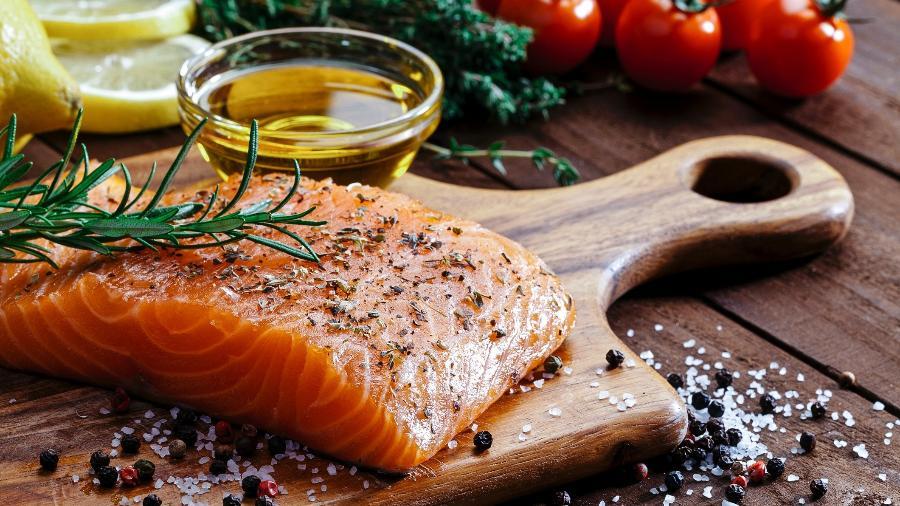 Invista em salmão, cavala, arenque, truta, sardinha ou atum, todos ricos em ácidos graxos ômega-3 - iStock