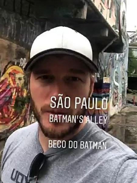 O ator Chris Pratt visita o Beco do Batman - Reprodução