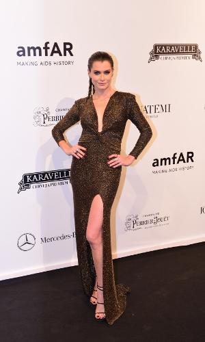 Fendas nunca saem de moda e a atriz Aline Moraes fez questão de deixar isso claro na 8ª edição do baile da AmfAR