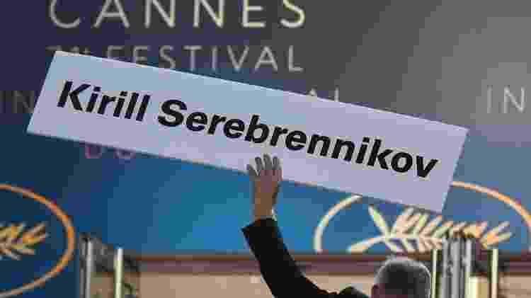 Delegado de Cannes carrega cartão com o nome de Kirill Serebrennikov - Anne-Christine Poujoulat/AFP Photo - Anne-Christine Poujoulat/AFP Photo