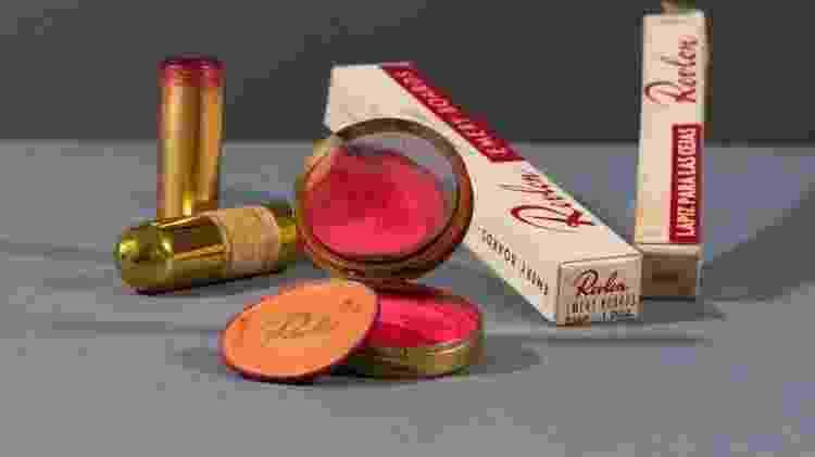 O batom vermelho original da Revlon e o kajal que Frida Kahlo usava para definir sua sobrancelha estão à mostra em Londres - Victoria and Albert Museum - Victoria and Albert Museum
