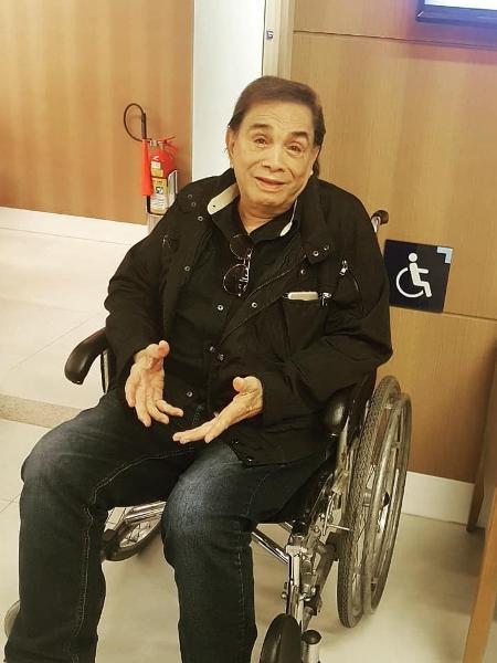 Dedé Santana posa em cadeira de rodas após deslocar o joelho - Reprodução/Instagram/dedesantanaoficial