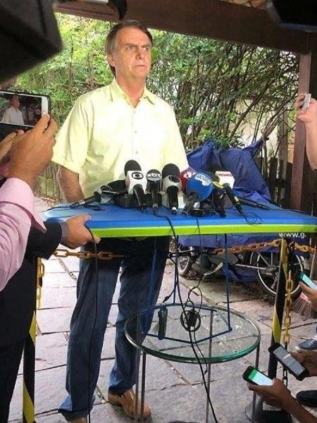 Primeira coletiva de Bolsonaro foi feita em cima de prancha de bodyboard - Reprodução/Twitter