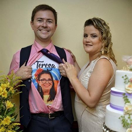 """Filho de Tereza do """"BBB19"""", Davys usou uma blusa com foto da mãe no dia do seu casamento - Reprodução/Instagram"""