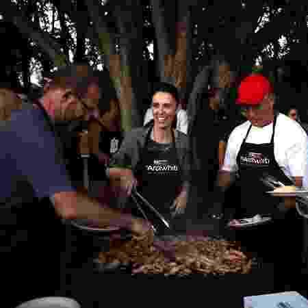 Fazendo churrasco no feriado de Waitangi Day, que celebra a fundação da nação neozelandesa - Getty Images