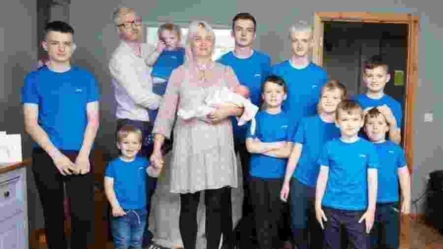 Alexis e David com os seus onze filhos -- dez meninos e uma menina - Reprodução