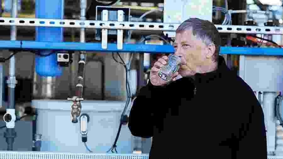 Bill Gates toma água tratada em estação capaz de transformar, em poucos minutos, esgoto em água limpa - Reprodução