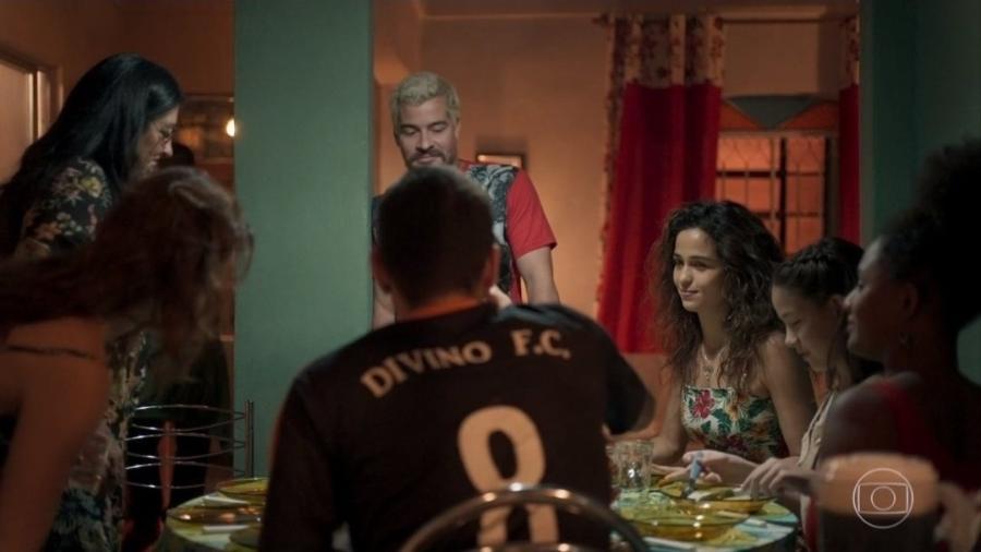"""Camisa do Divino F.C. em """"Amor de Mãe"""" levou internautas a brincarem com ligação entre novela e """"Avenida Brasil"""" - Reprodução/TV Globo"""