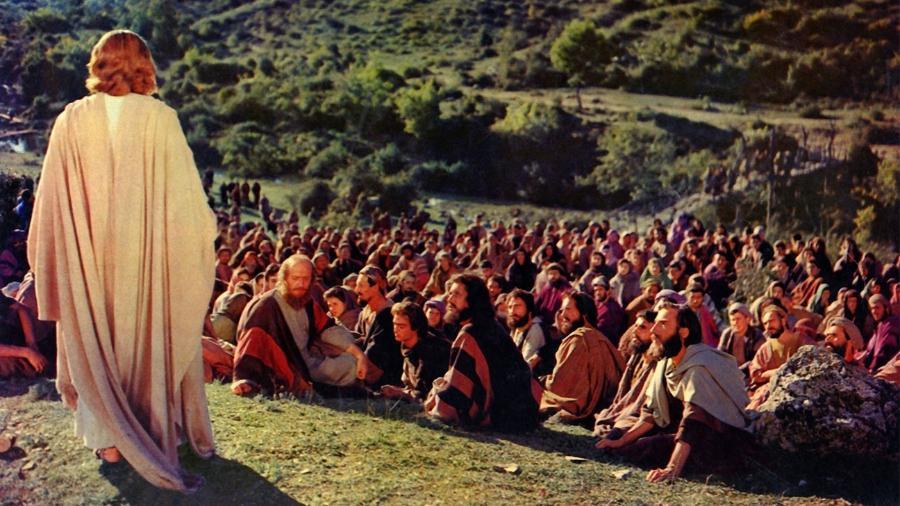 """Claude Heater (de costas) como Jesus, em cena de """"Ben-Hur"""" - Reprodução"""