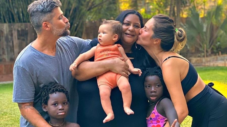 Giovanna Ewbank e Bruno Gagliasso comemoram aniversário de babá - Instagram