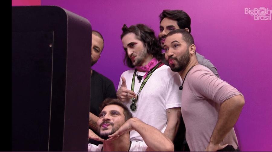 Projota, Fiuk, Gilberto, Rodolffo e Caio depois de serem maquiados pelas mulheres; cena gerou discussão dentro e fora do BBB - Reprodução/Gshow