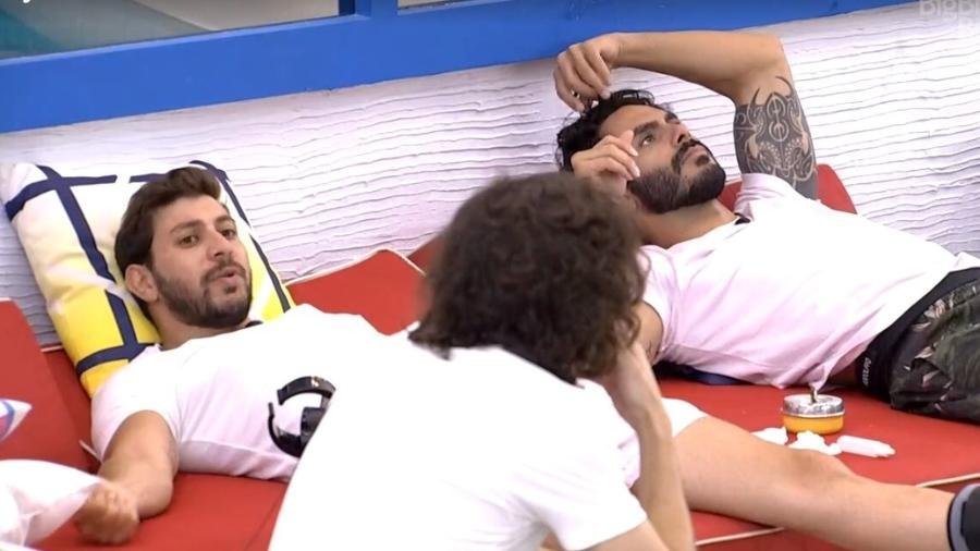 BBB 21: Caio, Rodolffo e Fiuk conversam na área externa - Reprodução/ Globoplay